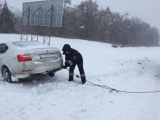 В Ставрополе автоинспекторы помогли водителю иномарки выбраться из снежного плена