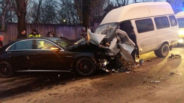 В Ставрополе столкнулись «Мерседес» и маршрутка, пострадали 9 человек