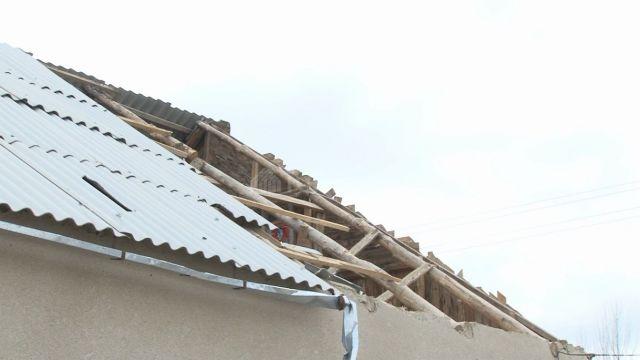 В школе города Лермонтова порывом ветра сорвало крышу