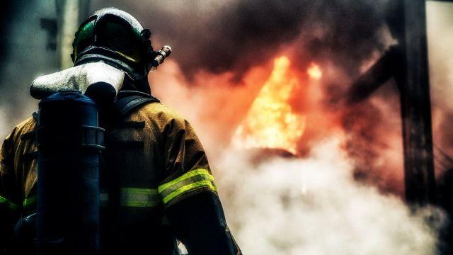 На одной из улиц Ставрополя дотла сгорела машина