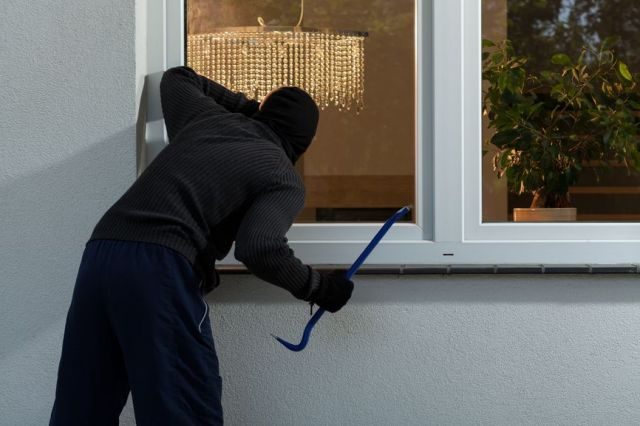 В Пятигорске полицейские задержали подозреваемого в совершении крупной квартирной кражи