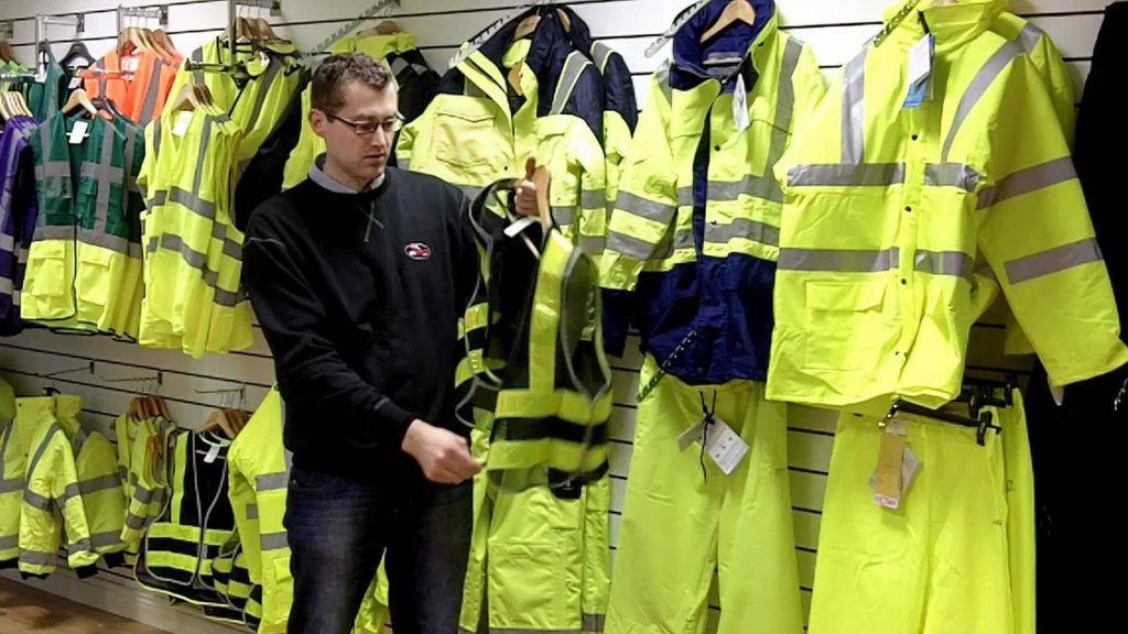 Водителей вынудили надевать светоотражающую одежду при ночных ДТП
