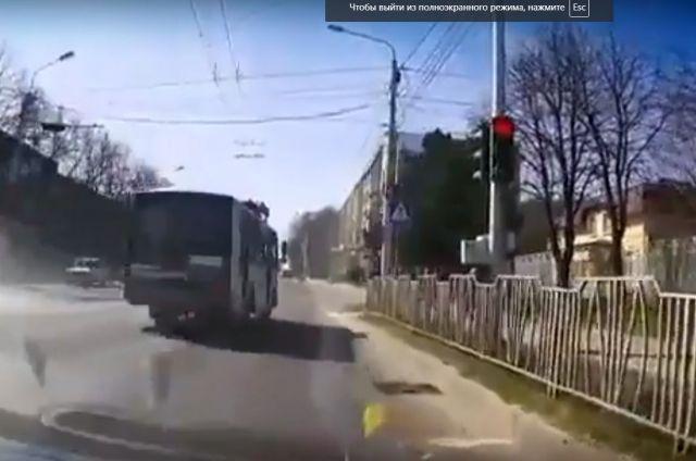 Водитель автобуса, проехавший на «красный» в Ставрополе, попал на видео