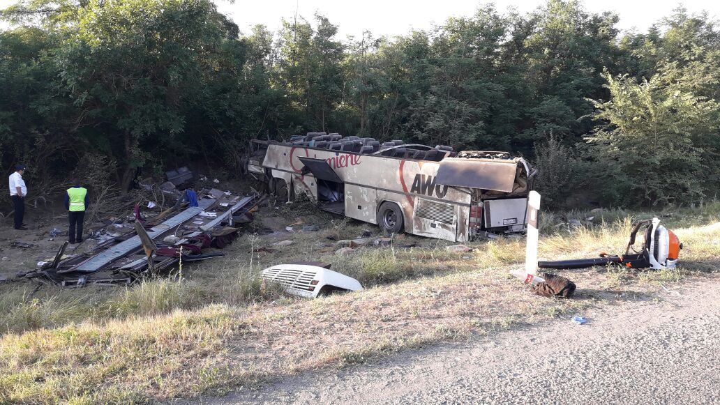 В Ставропольском крае произошло лобовое столкновение пассажирского автобуса и легковушки