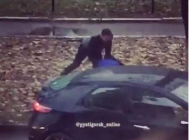 Драка двух водителей попала на видео в Пятигорске