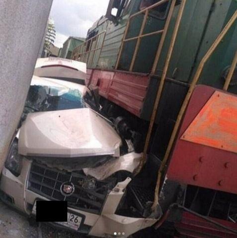 В Пятигорске под тепловоз попал дорогой автомобиль