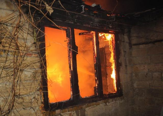 В центре Ставрополя сгорел заброшенный дом