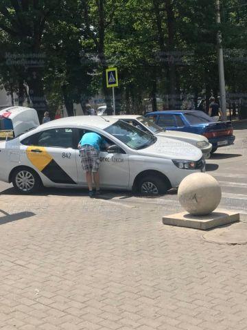 В Ставрополе машина «Яндекс.Такси» провалилась в яму на дороге