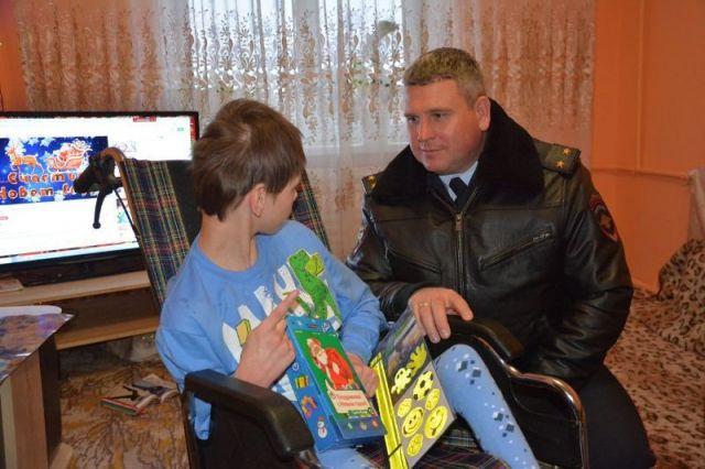 Ставропольские автоинспекторы подарили инвалидное кресло маленькому ребёнку