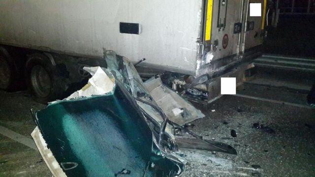 На Ставрополье легковушка врезалась в грузовик, погибли два человека