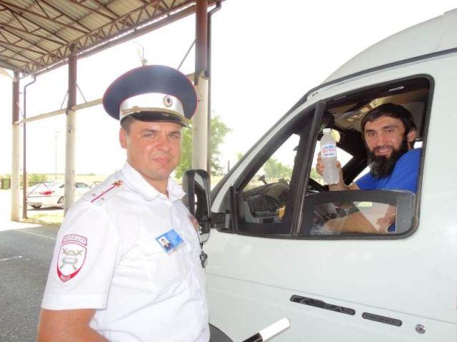 Автоинспекторы Ставрополья оказывают помощь водителям в жару