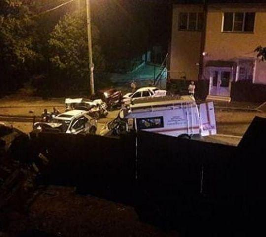 В Кисловодске легковушка влетела в компанию молодых людей, есть погибшие