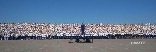 Детский хор тысячи голосов спел и станцевал в центре Ставрополя