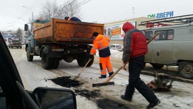 В Ставрополе снова кладут асфальт в сугробы