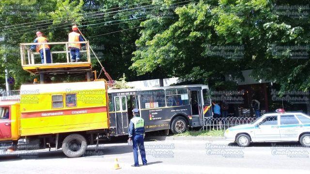 В Ставрополе троллейбус врезался в дерево из-за буйного пассажира