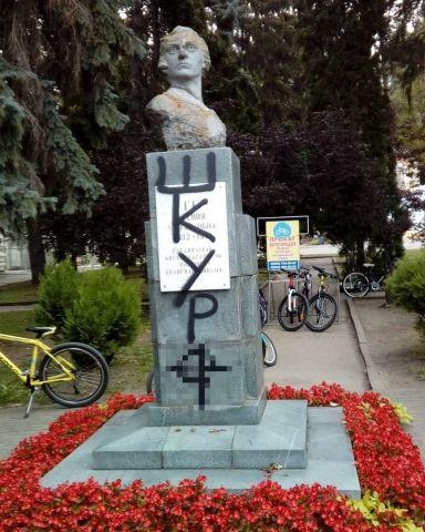 В Кисловодске вандалы оставили порочащую надпись на памятнике революционерки Ксении Ге