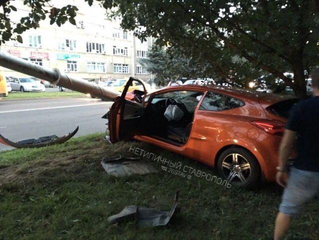 Водитель легковушки снёс столб в Ставрополе