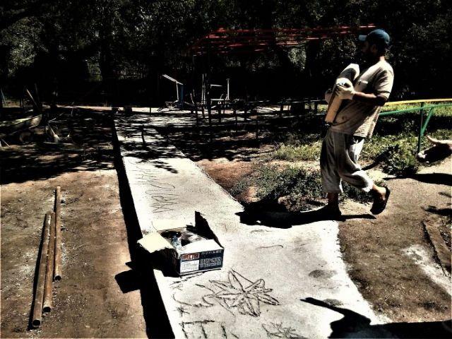 В Кисловодске изуродовали свежие бетонные дорожки