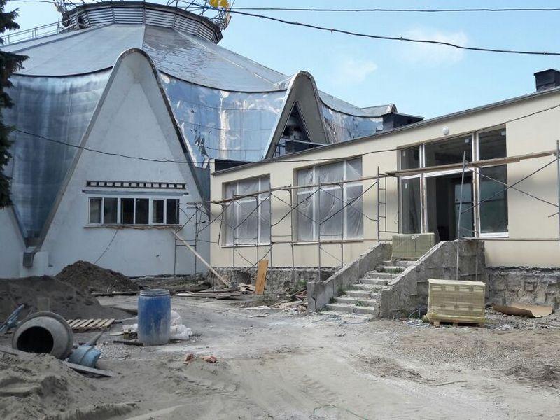 В Кисловодском цирке приступили к остеклению фасада