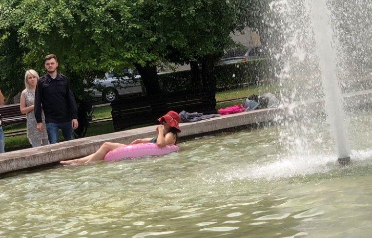 В Ставрополе девушка устроила купания в фонтане на надувном кругу