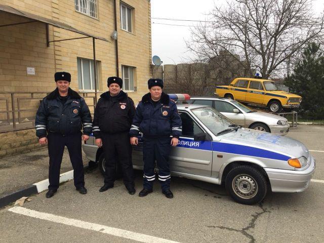 Ставропольские автоинспекторы спасли водителя из горящего автомобиля