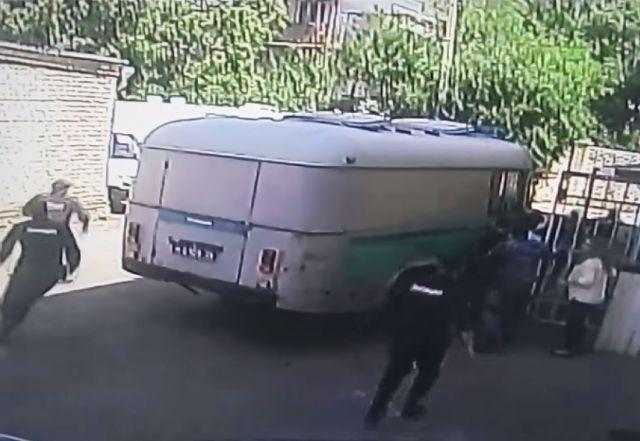 В интернете появилось видео побега преступника из здания суда в Ставрополе