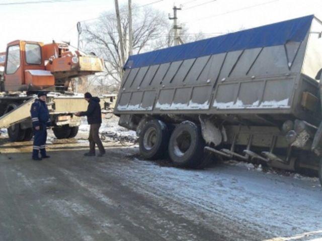 Ставропольские автоинспекторы оказывают помощь на заснеженной дороге