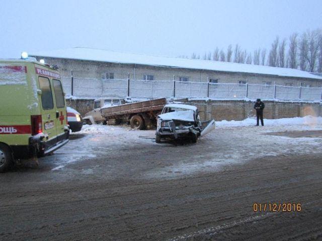 В Ставрополе столкнулись грузовик и легковушка, есть пострадавший