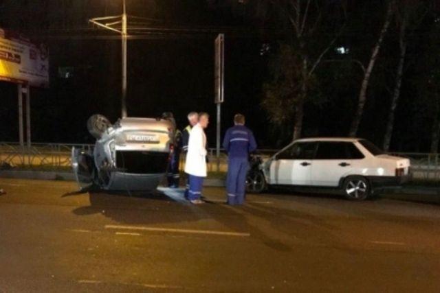 Ночью в Ставрополе легковушка из-за удара в колесо перевернулась на крышу