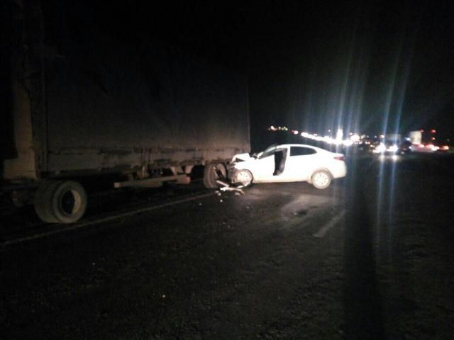 Два «КамаАЗа» и легковушка столкнулись в Ставропольском крае
