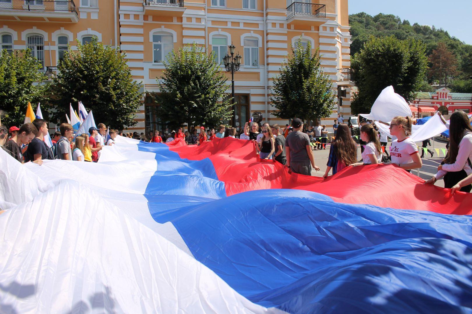 25-метровый «триколор» пронесли волонтёры по улицам Кисловодска