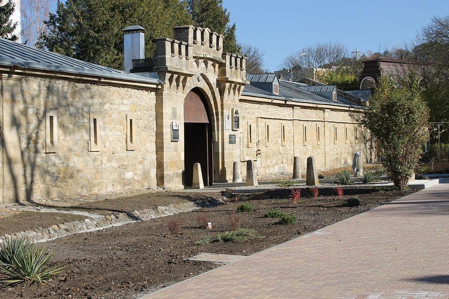 В Кисловодске благоустроили сквер у музея «Крепость»