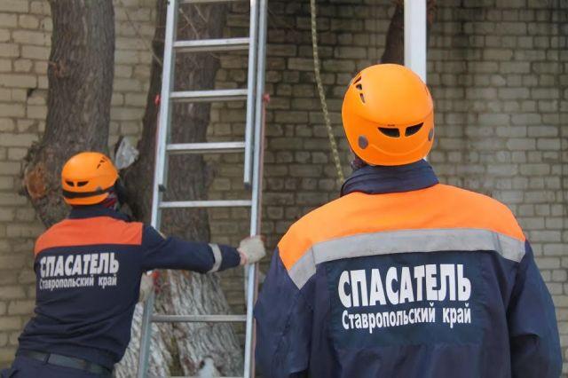 Ставропольские спасатели оказали первую помощь рабочему, упавшему со второго этажа