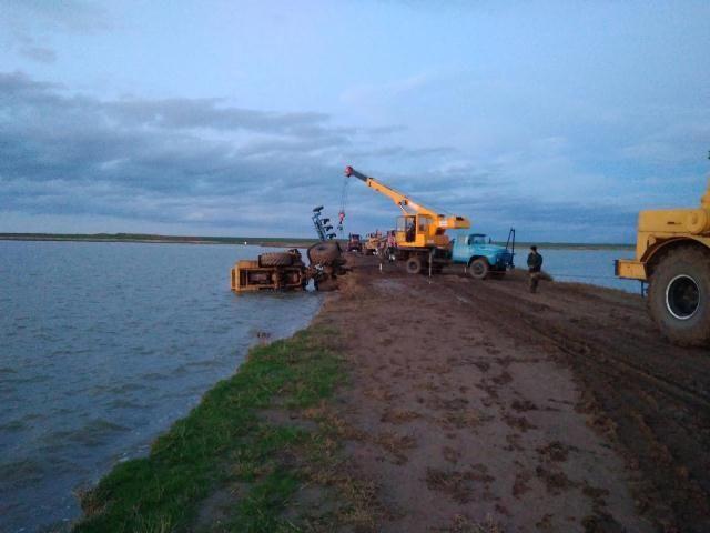 В Ставропольском крае водитель погиб, упав на тракторе в озеро