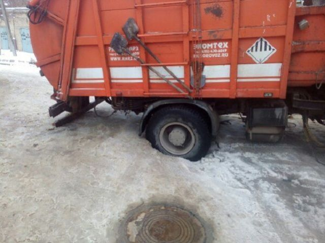 В Ставрополе под грузовиком провалился асфальт