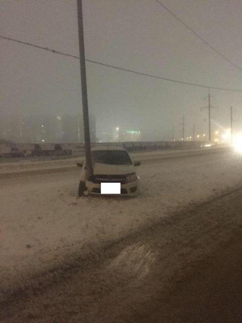 В Ставрополе нетрезвый таксист врезался в столб и убежал, бросив пассажира