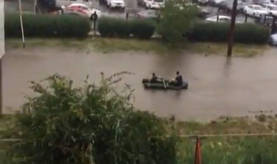 В Ставрополе были замечены молодые люди, плывущие на лодке по городу