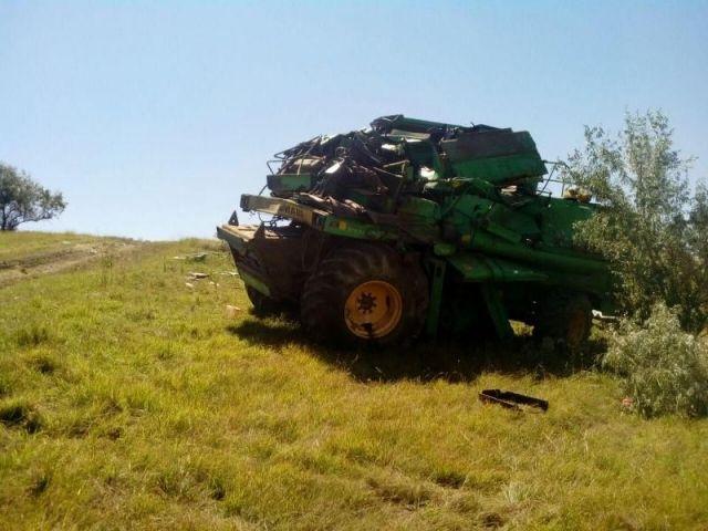 На Ставрополье тяжёлые травмы получил водитель перевернувшегося комбайна