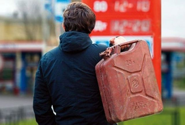 В Пятигорске неизвестные без стеснения обворовали автомобилиста, украв его бензин