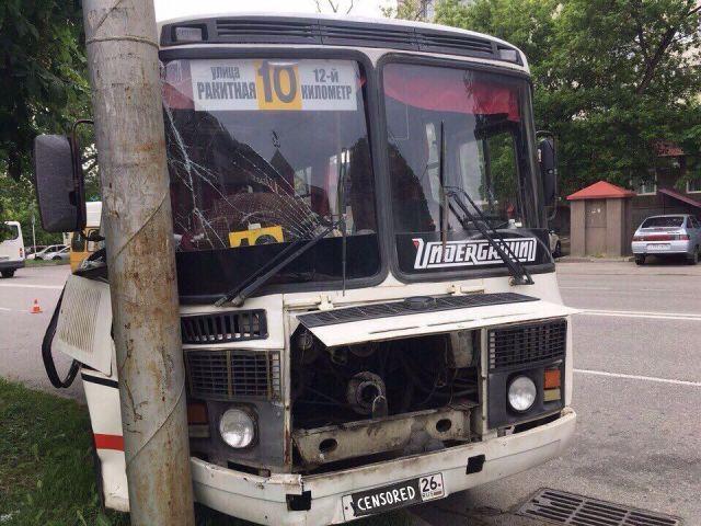 В Ставрополе пассажирский автобус врезался в столб