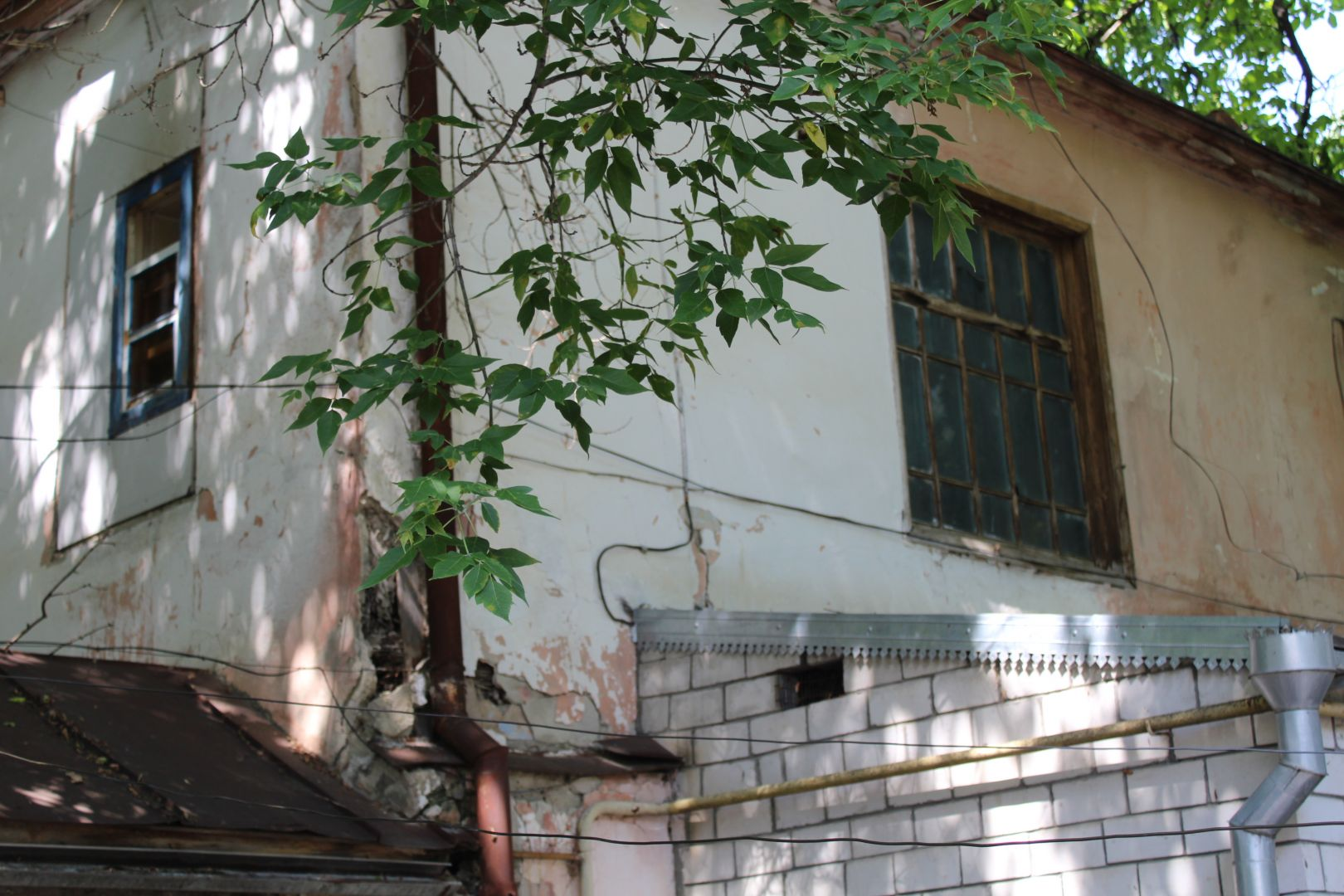 В Ессентуках после ливня пострадал ветхий дом