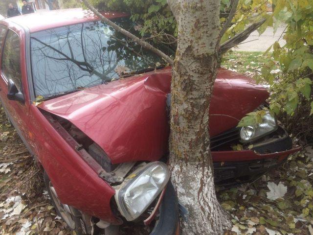 На Ставрополье потерявший сознание водитель въехал в дерево