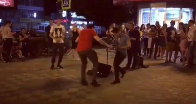 Летние танцы горожан собрали огромную толпу на улице Пятигорска