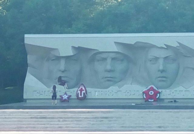 Две девушки устроили фотосессию на мемориале «Огонь Вечной Славы» в Ставрополе