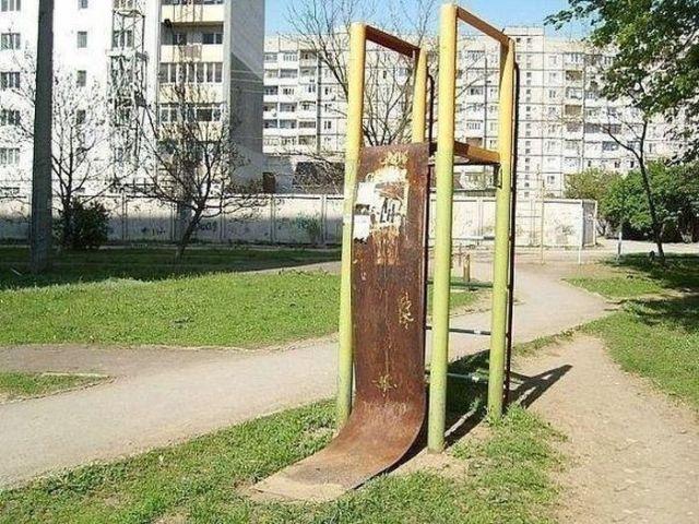 Детские площадки в одном из районов Ставрополя угрожают здоровью детей