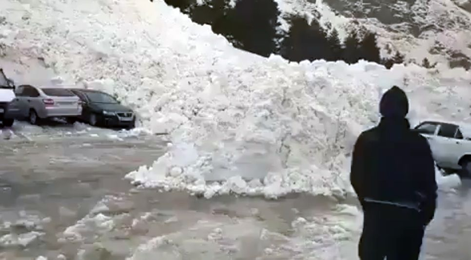 В Приэльбрусье на автостоянку сошла лавина