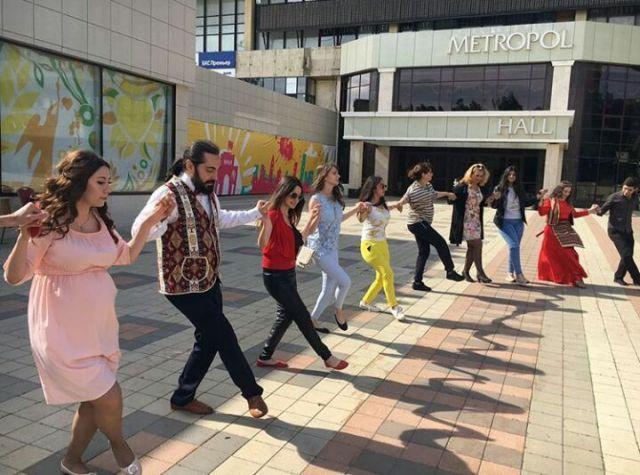 Жители Ставрополя присоединились к всемирному танцевальному флешмобу «Ari Pari Qochari»
