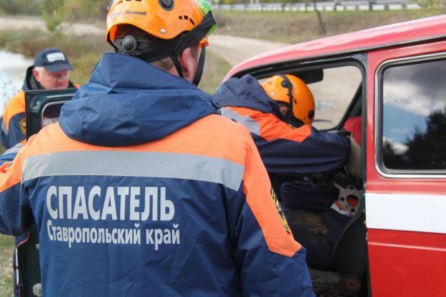На Ставрополье в смертельном ДТП КамАЗ срезал крышу легковушки