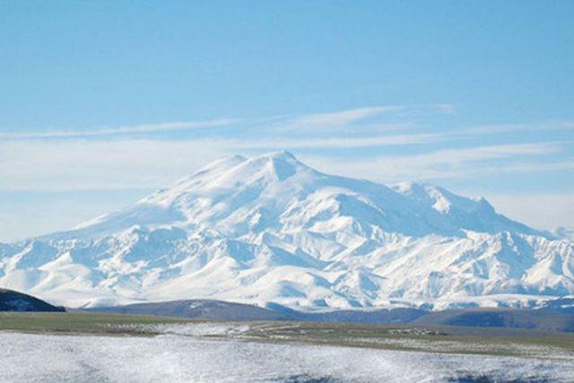 При восхождении на Эльбрус сорвались двое альпинистов
