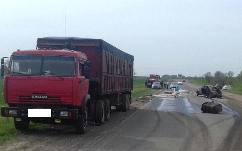 ВСтавропольском крае легковушка столкнулась с фургоном, трое пострадали